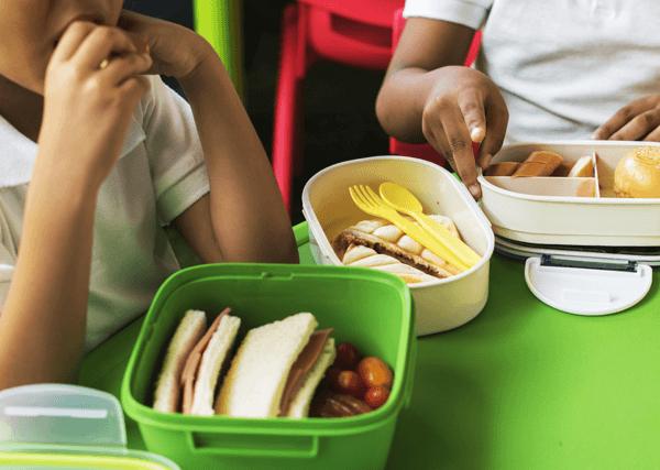 Fruta y refrigerio saludable a la hora del recreo escolar